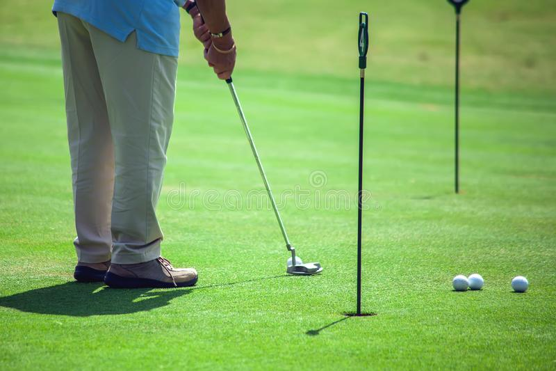 Mann, der Golf auf sch?nem Sunny Green Golf Course spielt Sport- und Lebensstilkonzept lizenzfreies stockfoto