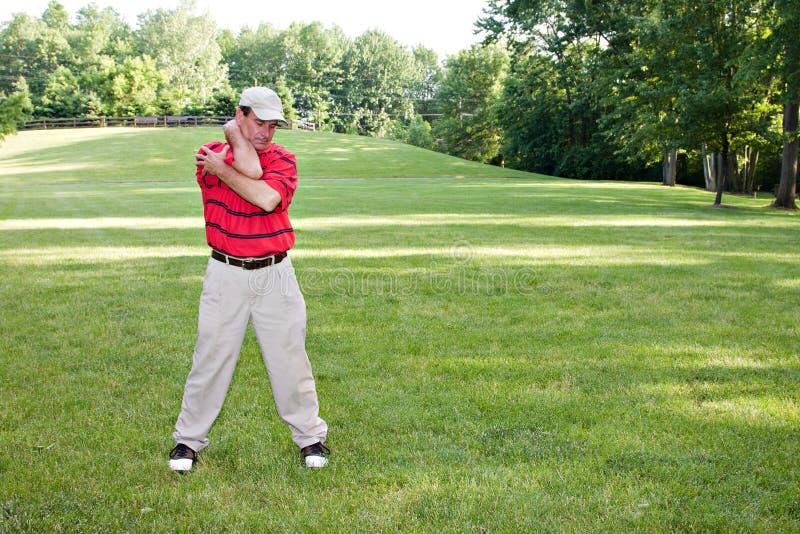 Mann, der Golf ausdehnt stockfoto