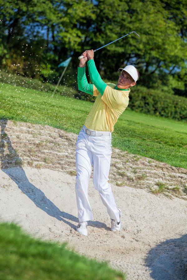 Mann, der Golf spielt lizenzfreie stockfotografie