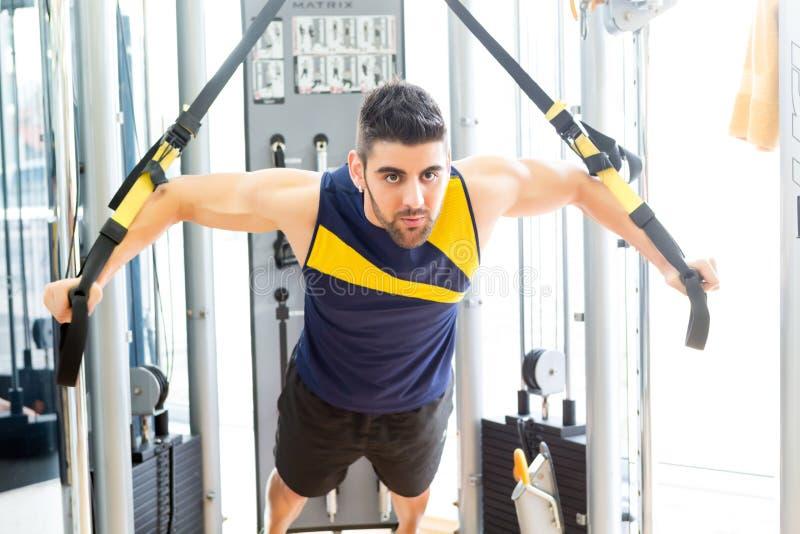 Mann an der Gymnastik lizenzfreie stockbilder