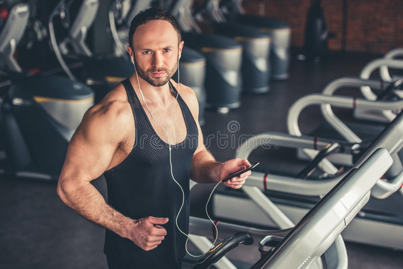 Mann an der Gymnastik lizenzfreie stockfotos