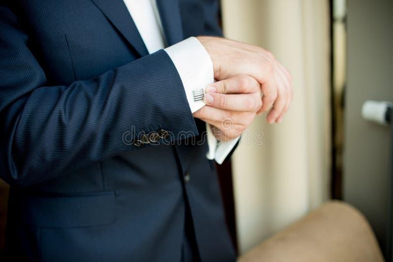 Mann, der Hülsenmanschette justiert stockfoto
