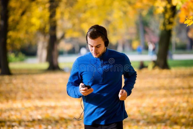 Mann, der Handy rüttelt und überprüft stockbild