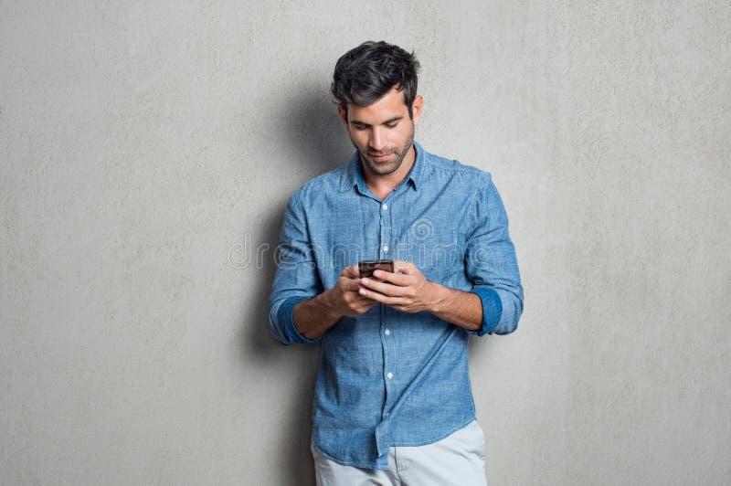 Mann, der Handy verwendet lizenzfreies stockfoto