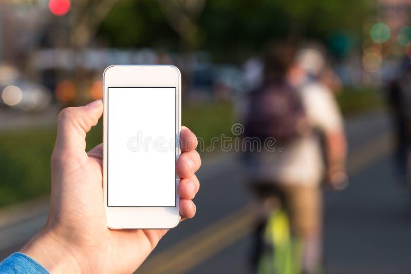 Mann, der Handysport verwendet stockbild
