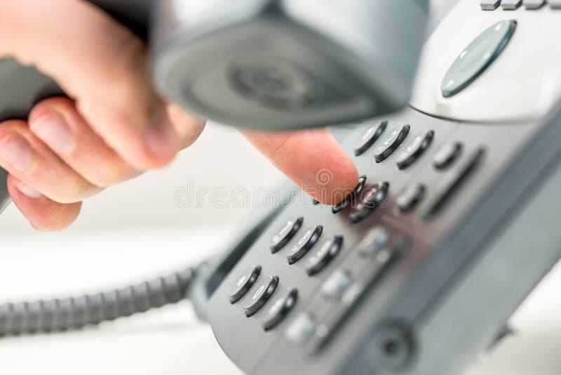 Mann, der heraus an einem Telefon wählt lizenzfreie stockfotografie