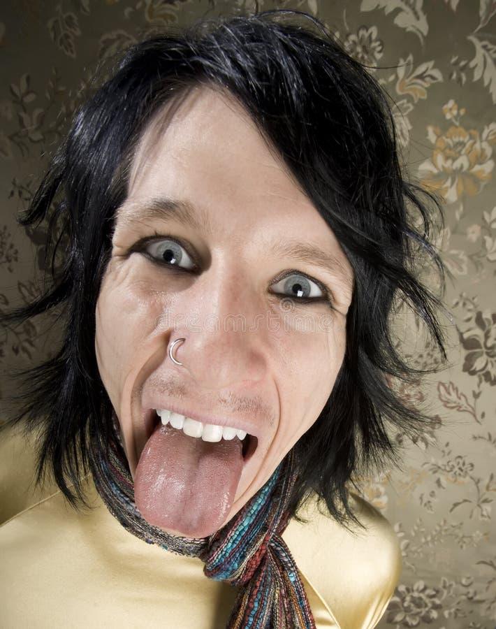 Mann, der heraus seine Zunge haftet stockbild