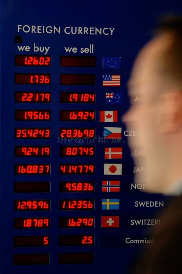 Mann, der hinter Bargeld-Vorstand hetzt stockbilder