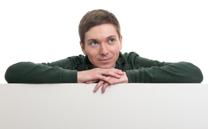 Mann, der hinter einer Leerplatte steht lizenzfreies stockbild