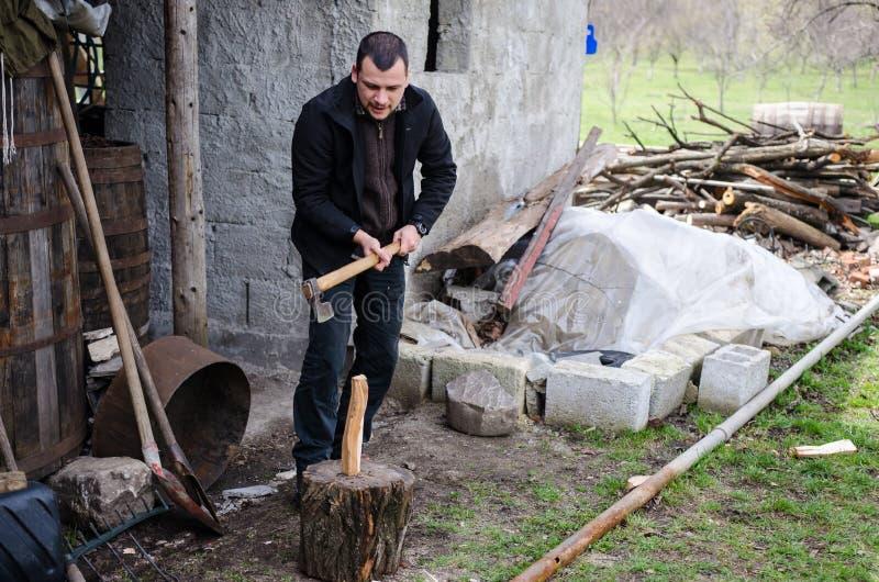 Mann, der Holz hackt lizenzfreie stockbilder