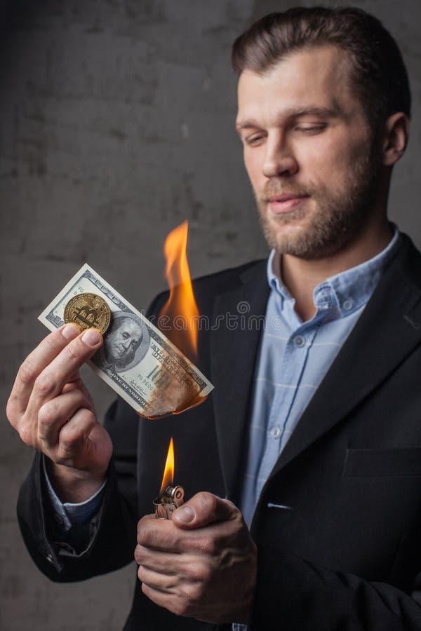 Mann, der hundert Dollaranmerkung brennt stockbild