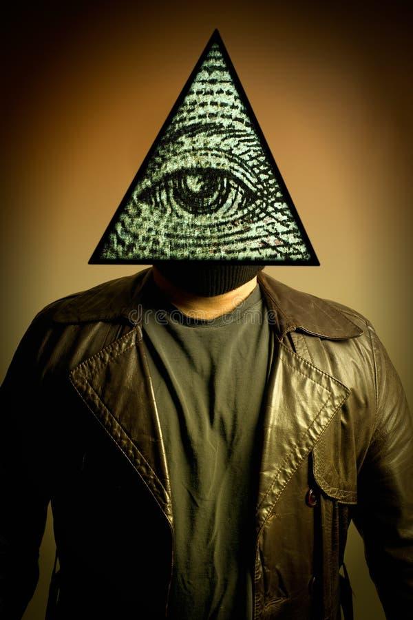 Mann, der Illuminati Auge der Providence-Schablone trägt stockfoto