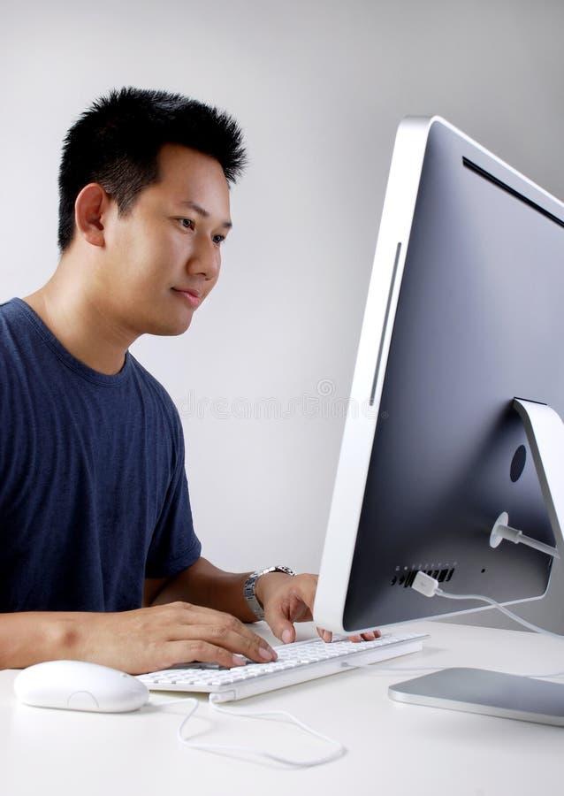 Mann, der im Büro arbeitet stockfoto