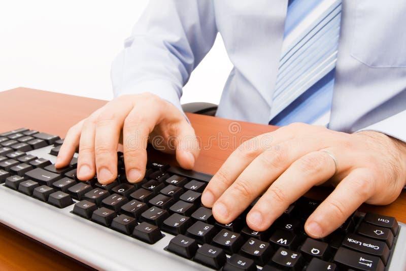 Mann, der im Computer schreibt stockfotografie