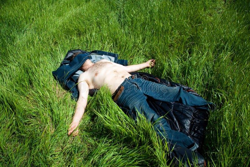 Mann, der im Gras stillsteht lizenzfreies stockbild