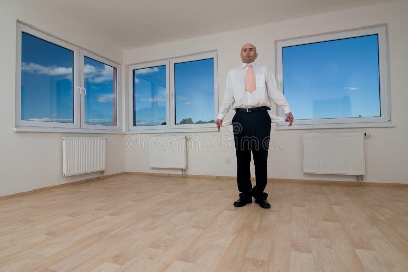 Mann, der im leeren Raum steht stockbilder