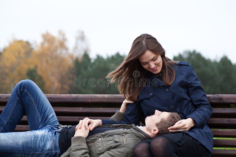 Mann, der im Schoss der jungen Frau liegt lizenzfreies stockbild