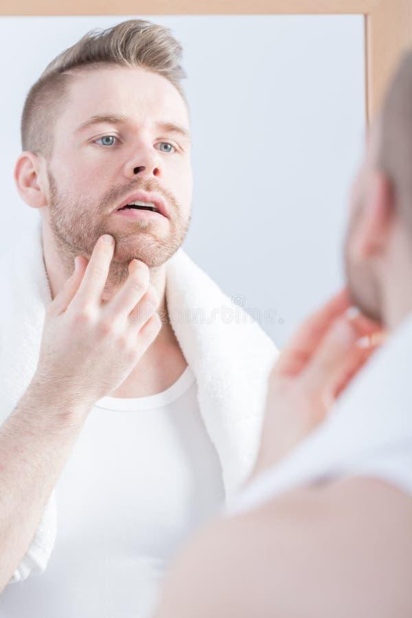 Mann, der im Spiegel schaut stockfoto
