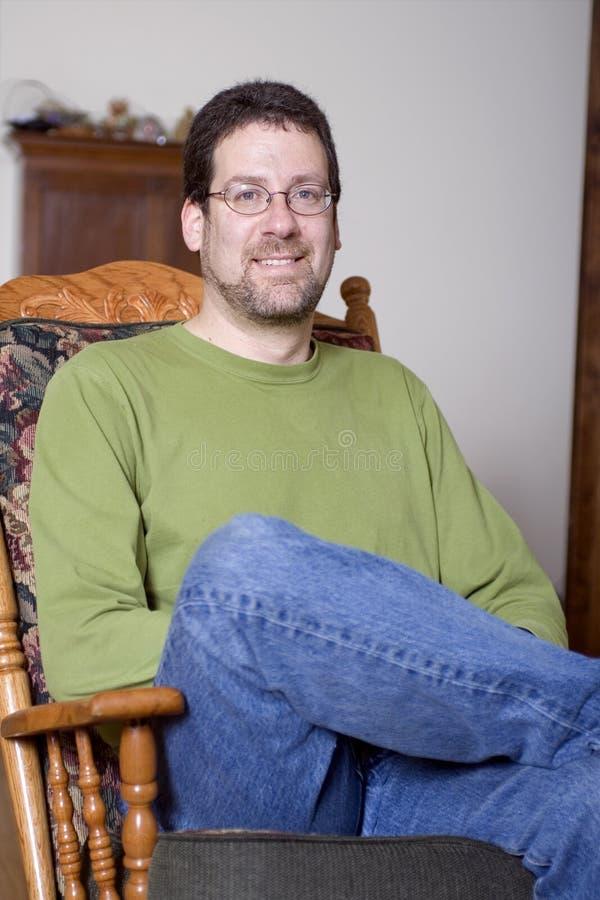 Mann, der im Stuhl sitzt stockfotografie