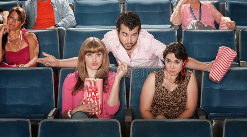Mann, der im Theater flirtet lizenzfreies stockbild