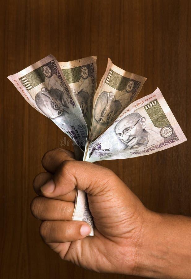 Mann, der indisches Geld anhält lizenzfreie stockfotos