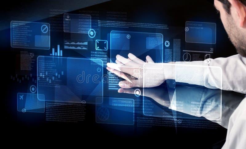Mann, der intelligente Tabellenschnittstelle der Technologie bedrängt lizenzfreie stockbilder