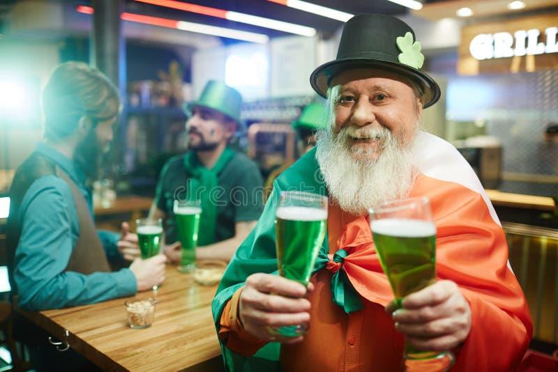 Mann in der irischen Kneipe lizenzfreies stockfoto