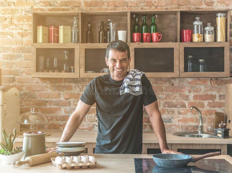 Mann, der in der Küche aufwirft stockfoto