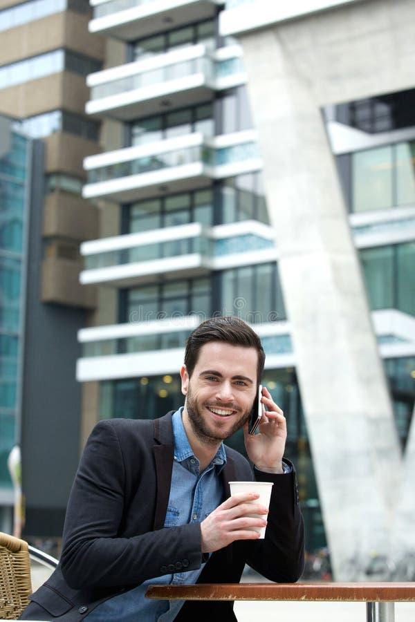 Mann, der Kaffee lächelt und genießt lizenzfreie stockbilder
