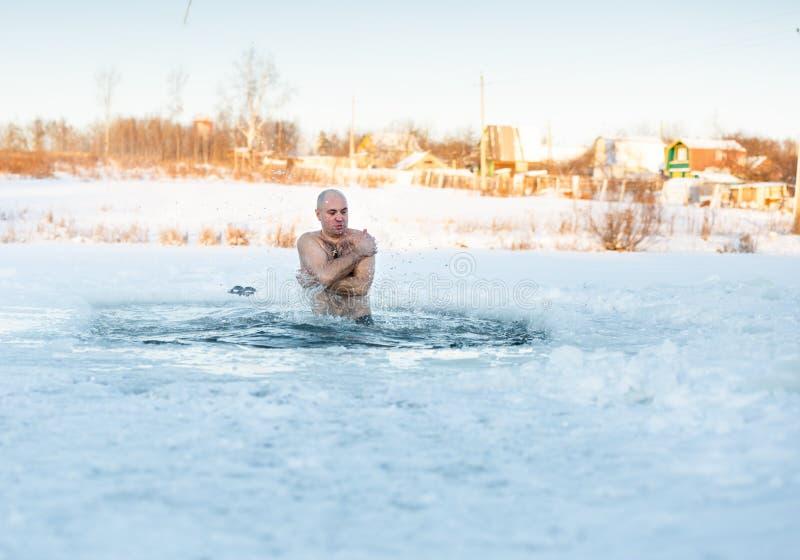 Mann, der kaltes Wasser schwimmt stockbild