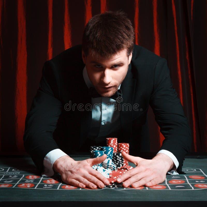 Mann, der am Kasino spielt stockfotografie