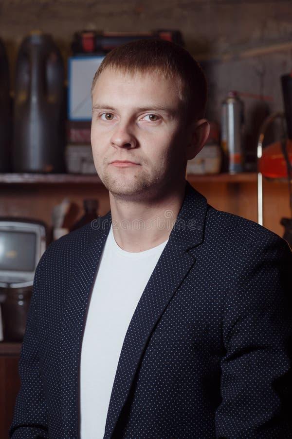 Mann in der Klage auf Industriegelände, Geschäftsmann stockbild