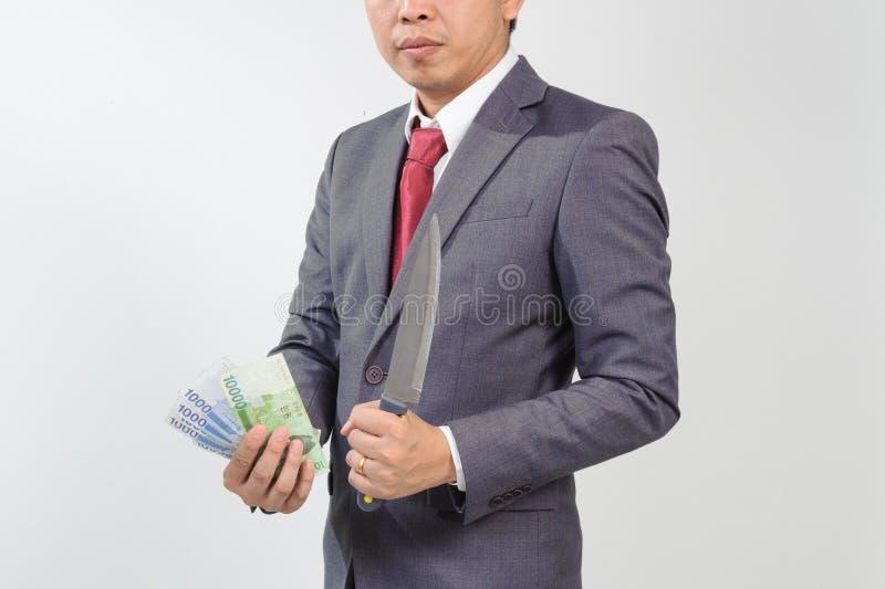 Mann in der Klage, die das Messer und Koreaner gewonnen hält stockbild