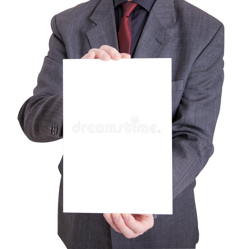 Mann in der Klage, die heraus eine unbelegte Karte anhält stockfotos