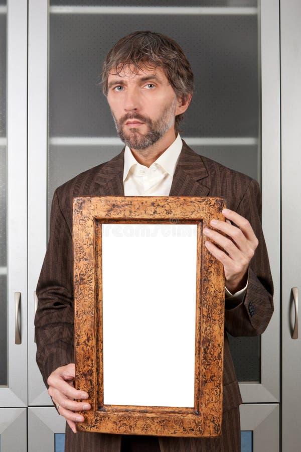 Mann in der Klage mit Abbildung lizenzfreie stockfotos