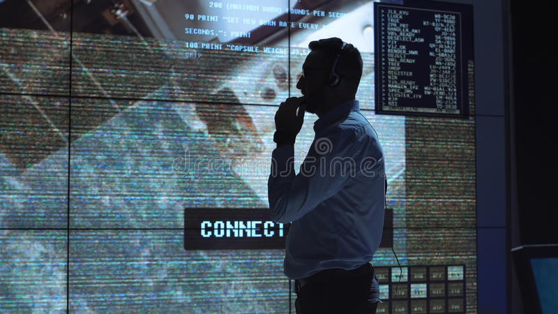 Mann in der Kontrollstationsmitte stockfotografie