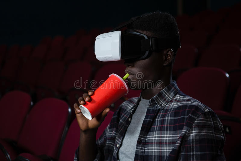 Mann, der Kopfhörer der virtuellen Realität beim Aufpassen des Films verwendet stockbilder