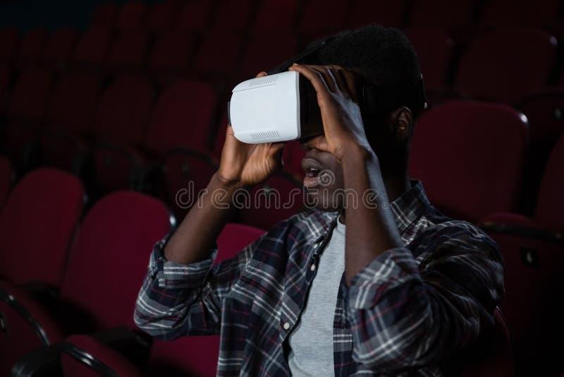 Mann, der Kopfhörer der virtuellen Realität beim Aufpassen des Films verwendet stockfoto