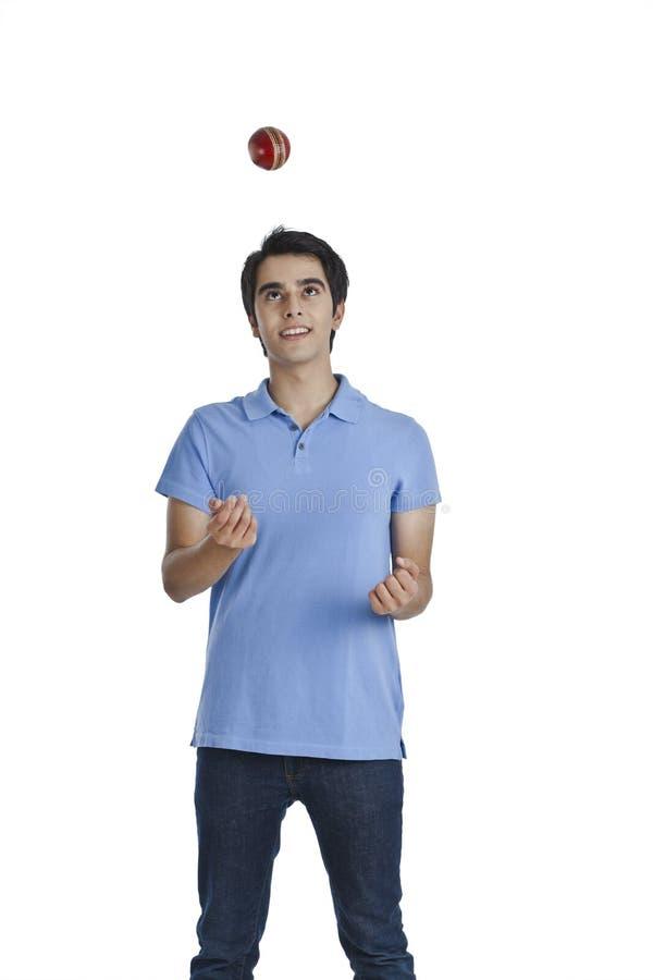 Mann, der Kricketball wirft lizenzfreies stockfoto