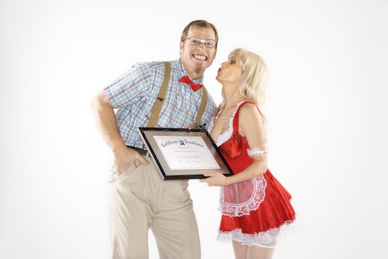 Mann, der Kuss und Bescheinigung von der Frau empfängt. stockbild