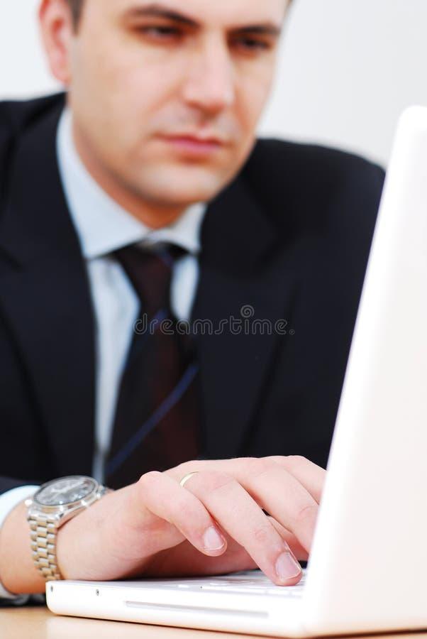 Mann, der an Laptop arbeitet lizenzfreies stockfoto
