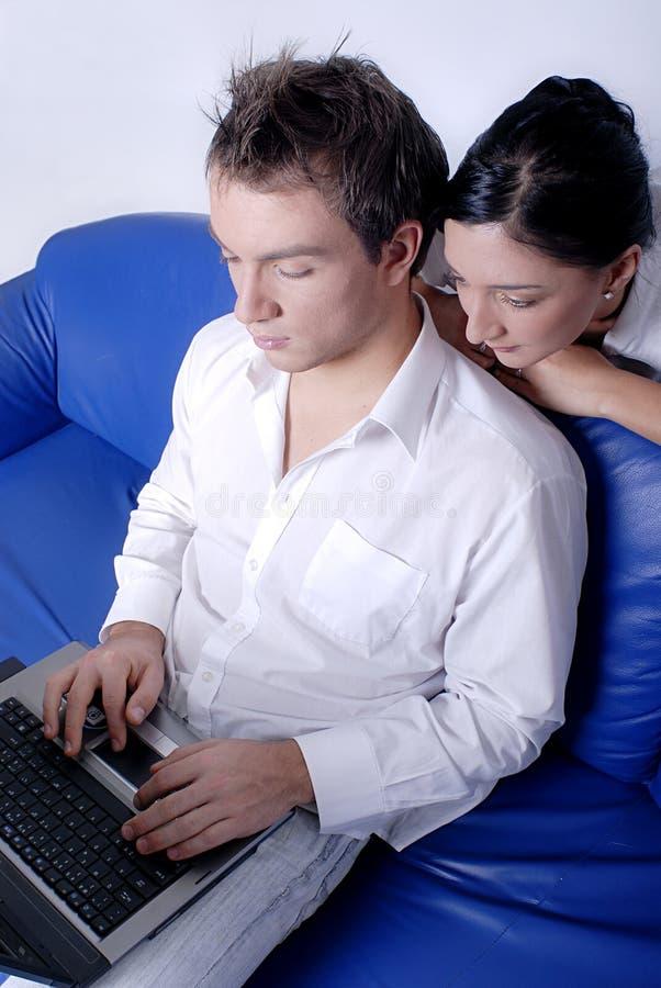 Mann, der Laptop-Computer verwendet lizenzfreies stockbild