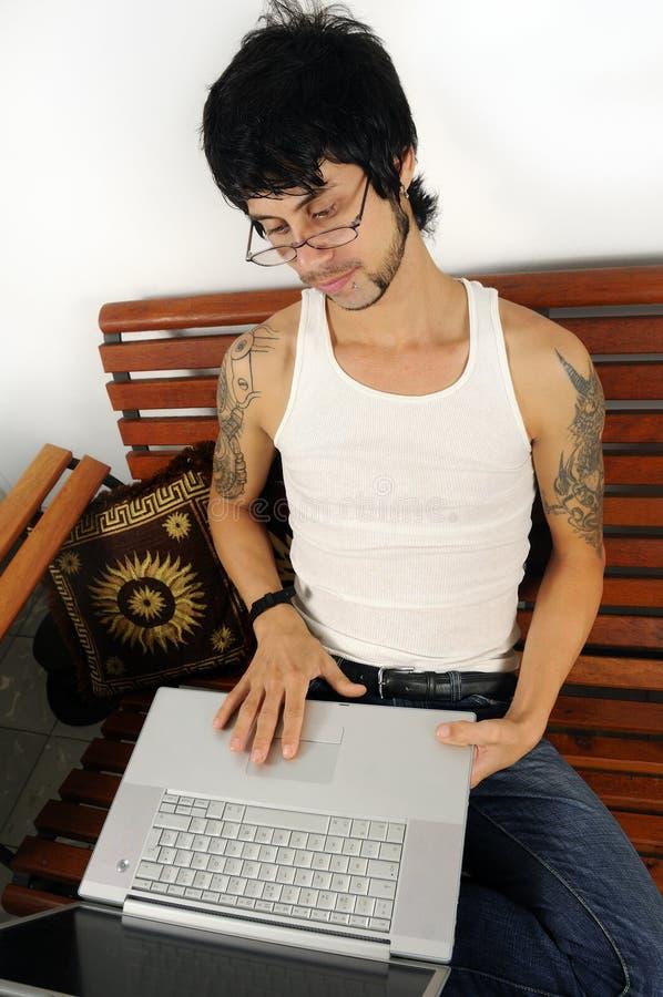 Mann, der Laptop verwendet stockbild