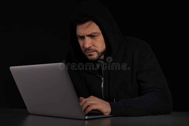 Mann, der Laptop verwendet KRIMINELLE AKTIVIT?T lizenzfreies stockfoto