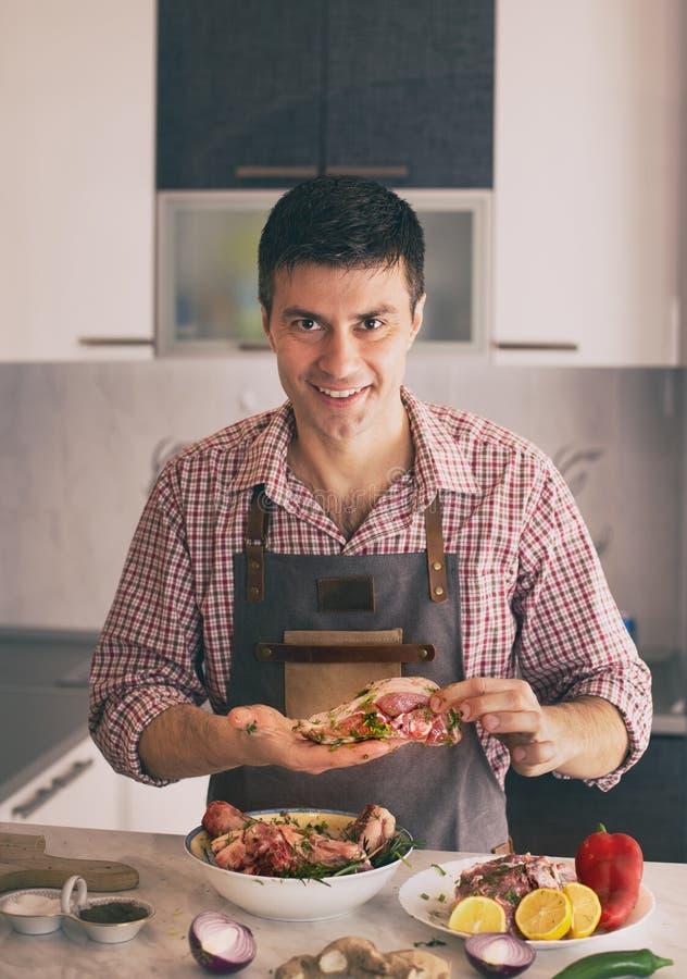 Mann, der Lebensmittel in der K?che zubereitet stockfotos
