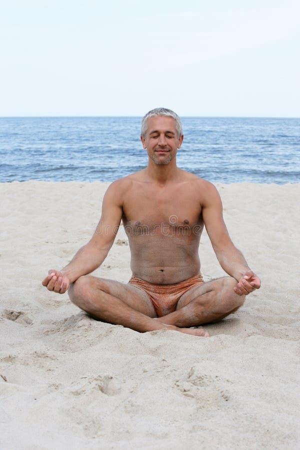 Mann, der in Lotosstellung meditiert lizenzfreie stockfotografie