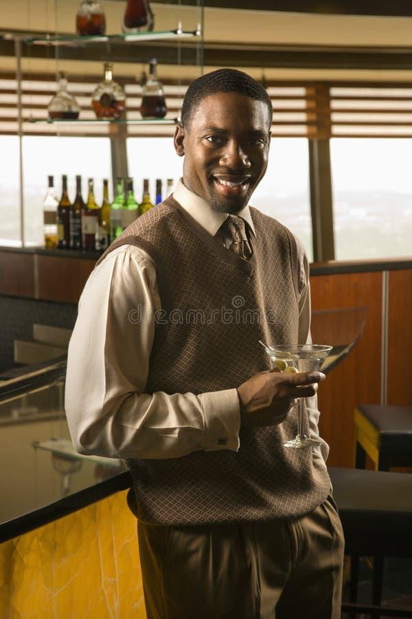 Mann, der Martini trinkt. lizenzfreie stockfotos