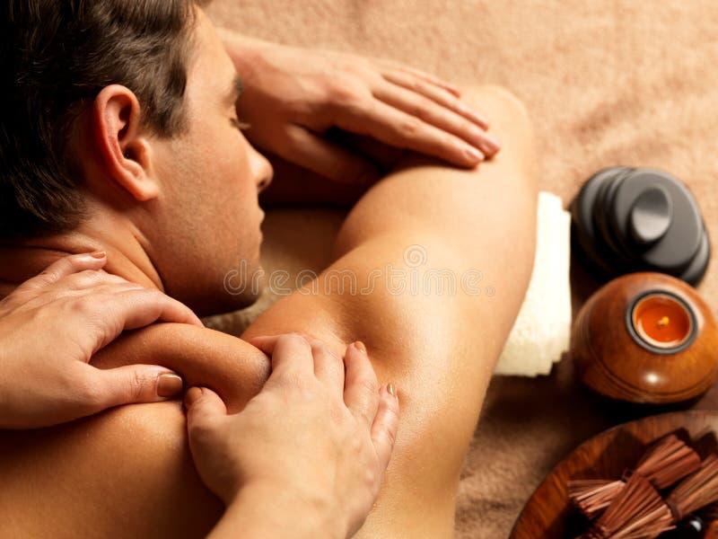 Mann, der Massage im Badekurortsalon hat lizenzfreies stockfoto