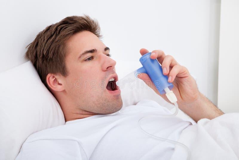 Mann, der Medizin inhaliert stockfotos