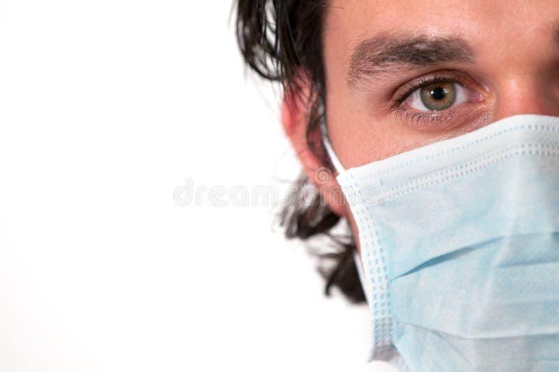 Mann, der medizinische Schablone trägt stockfotos